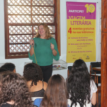 Com carisma e humor, escritora Carina Rissi fala de suas experiências para leitores de Ubatuba