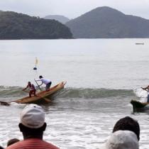 Corrida de canoas caiçaras faz Ubatuba reviver 60 anos de tradição