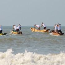Corrida de canoa caiçara marca o último dia da 95ª Festa de São Pedro Pescador
