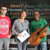 FundArt recebe doação de violão para oficinas culturais