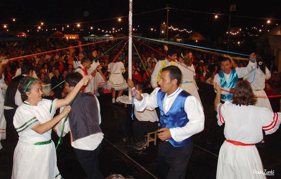Grupo de Dança da Fita do Itaguá – Foto: Paulo Zumbi