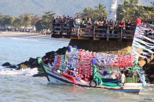 Público registrou fotos e ficou impressionado com a decoração dos barcos (Foto: Paulo Zumbi)